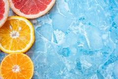 Grapefruitowy, pomarańcze i tangerine na błękitnym tle, Cytrus tekstura Fotografia Royalty Free