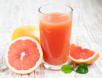 Grapefruitowy sok i dojrzali grapefruits fotografia stock