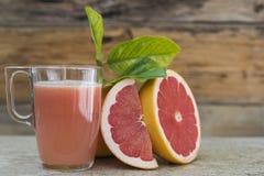 Grapefruitowy sok i kawałki owoc Zdjęcie Stock