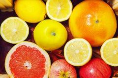 Grapefruits, cytryny, jabłka w pudełku zdjęcie stock