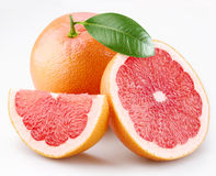 Grapefruits en segmenten met een blad Royalty-vrije Stock Afbeeldingen