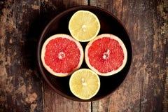Grapefruits met citroenen in een kom Royalty-vrije Stock Afbeelding