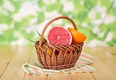 Grapefruits w koszu Zdjęcia Royalty Free