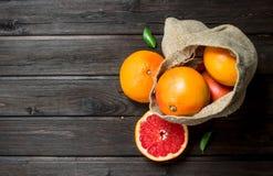 Grapefruits w worku zdjęcia stock