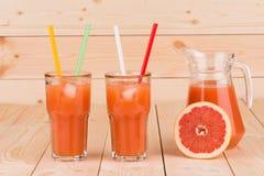 Grapefruitsaft und reife Pampelmusen Lizenzfreies Stockbild