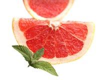 Grapefrukt med mintkaramellen på en vit bakgrund Arkivfoton