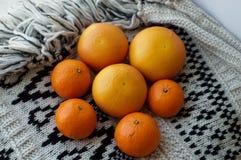 Grapefrukt och mandarines på en filt Arkivfoto