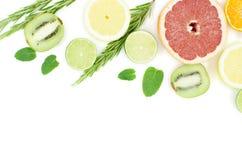 Grapefrukten limefrukt, citronen, kiwi är på en vit bakgrund arkivbild
