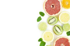 Grapefrukten limefrukt, citronen, kiwi är på en vit bakgrund arkivfoton