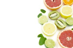 Grapefrukten limefrukt, citronen, kiwi är på en vit bakgrund royaltyfria foton