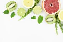 Grapefrukten limefrukt, citronen, kiwi är på en vit bakgrund fotografering för bildbyråer