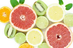 Grapefrukten limefrukt, citronen, kiwi är på en vit bakgrund arkivbilder