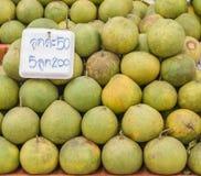 Grapefrukten och etiketten berättade pris i den Thailand marknaden Arkivfoto