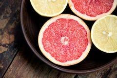 Grapefrukter med citroner i en bunke Royaltyfri Bild