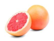 Grapefrukter som isoleras på en vit bakgrund En helhet och en snittrundagrapefrukt Organiska ingredienser för sommarcoctailar fotografering för bildbyråer