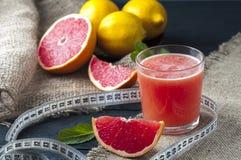 Grapefruktfruktsaft och mätaband Royaltyfri Fotografi