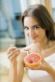 grapefruktkvinna royaltyfria foton