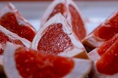 Grapefruktskivor på plattan, bitterhet Royaltyfri Fotografi