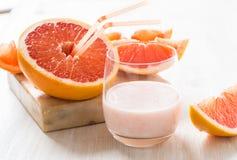 Grapefruktsmoothie och ny grapefrukt Royaltyfri Bild