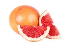 Grapefruktstycke som isoleras på vit bakgrund Ny frukt Med den snabba banan Ny grapefrukt med gröna sidor Arkivbild