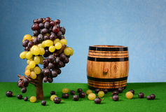 Grapes and wooden barrel for wine Royalty Free Stock Photography