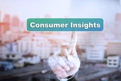 Graphique d'écran tactile de main d'homme d'affaires sur des analyses du consommateur image stock
