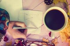 Graphique d'écriture de main de femmes sur la serviette avec l'automne Image stock