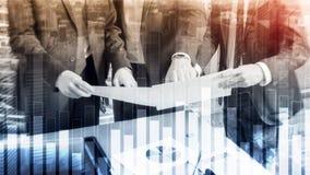 Graphique d'affaires et de finances sur le fond brouillé Concept de commerce, d'investissement et de sciences économiques images libres de droits