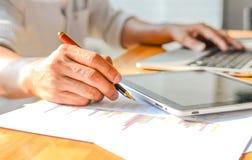 Graphique d'analyste d'affaires, graphique d'analystes dans le bureau Photographie stock