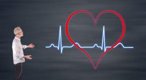 Graphique de battements de coeur expliqué par un homme d'affaires sur un écran de mur Image stock