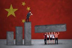 Graphique de construction d'hommes d'affaires avec les drapeaux chinois Photographie stock libre de droits