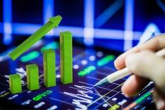 Graphique de croissance sur le comprimé numérique Images stock