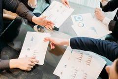 Graphique de document sur papier de discussion d'argument d'équipe d'affaires photo stock