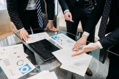 Graphique de document sur papier de discussion d'argument d'équipe d'affaires images libres de droits