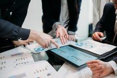 Graphique de document sur papier de discussion d'argument d'équipe d'affaires photographie stock