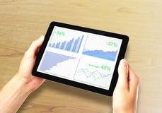 Graphique de gestion sur l'écran numérique de comprimé dans des mains de l'homme Photos stock