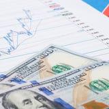 Graphique de marché boursier avec 100 dollars de billet de banque - lancez le concept sur le marché Image libre de droits