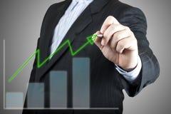 Graphique de retrait d'homme d'affaires sur l'écran photos stock