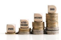 Graphique hors des pièces de monnaie empilées montrant les différences disproportionnées entre les différentes méthodes d'investi image libre de droits