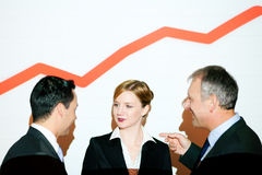 Graphique sur le mur avec l'équipe d'affaires avec le graphique (v Images stock