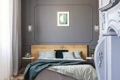 Graphique sur le mur décoré du bâti dans un intérieur de chambre à coucher photographie stock