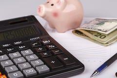 Graphiques de gestion avec la calculatrice, l'argent, la boîte porcine et le stylo Photographie stock
