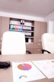 Graphiques de gestion sur une table dans le local commercial Photo stock