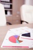 Graphiques de gestion sur une table dans le local commercial Images stock