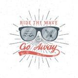 Graphiques et affiche surfants de vintage pour le web design ou la copie Conception de logo de plage d'été d'emblème en verre de  Photo libre de droits