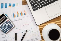 Graphiques et graphiques de gestion avec l'ordinateur portable, tasse de café Photo libre de droits