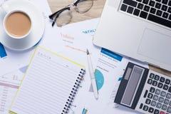 Graphiques et diagrammes de gestion sur un bureau en bois avec une calculatrice, c Photo stock