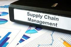 Graphiques et dossier avec le supply chain management de label photos stock
