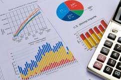 Graphiques et graphiques de gestion avec la calculatrice Photographie stock libre de droits