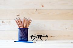Graphitbleistifte im Korb und in den Brillen Stockfotografie